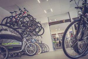 自転車屋さんに並んだ色とりどりのマウンテンバイク