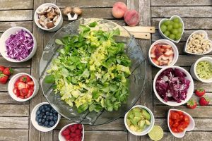https://cdn.pixabay.com/photo/2017/09/16/19/21/salad-2756467_960_720.jpg